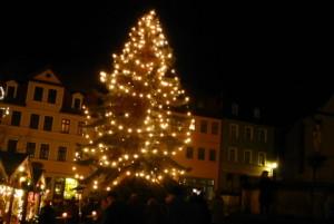 Schön geschmückter Weihnachtsbaum auf dem Marktplatz