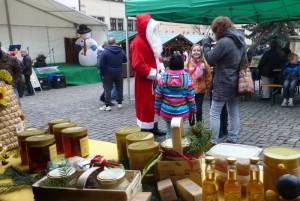 Weihnachtsmann auf dem Adventsmarkt der Vereine
